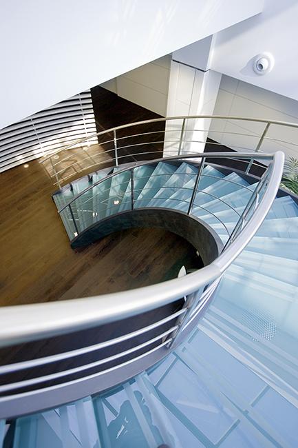 Scale acciaio inox e vetro su misura uffici centri commerciali interni esterni - Scale in vetro e acciaio prezzi ...