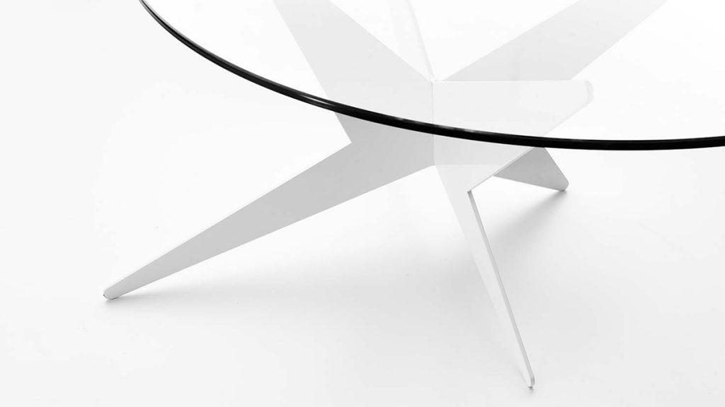 Tavolino basso da salotto in vetro e acciaio verniciato dal design moderno