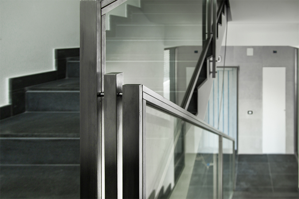 Ringhiere scale balaustre acciaio e vetro con tecnologia waterjet realizzate su misura - lavorazione metalli e finiture speciali Lamberti Design