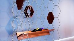 Arredamento design casa ed ufficio in acciaio, ottone e complementi in legno. Modulo utilizzabile come consolle, appendiabiti, scaffale, portalibri.