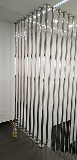 Balaustre acciaio inox 304 con finitura lucida a specchio mediante tubolari a sezione tonda e lunghezze superiori a 6 metri.